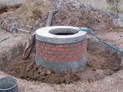 Глиняный замок – это сооружение вокруг колодца, выполненное из хорошо промятой глины либо жирного суглинка