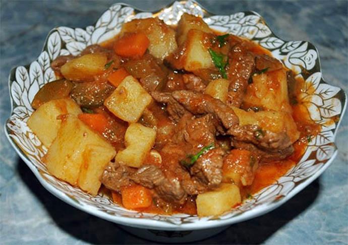 Азу состоит из обжаренных кусочков мяса (говядины, баранины или молодой конины), тушёных с помидорами (или томатным соусом), луком, часто с ломтиками солёного огурца в остром соусе