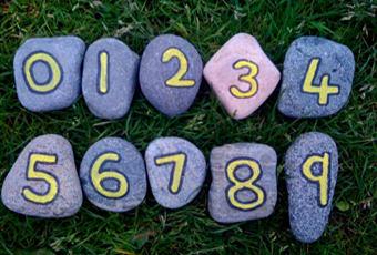 С помощью камешков для игры, можно научить ребенка считать