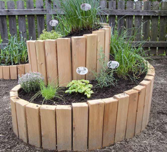 Ограждения из бревнышек, постепенно разлагаясь в почве, будут наполнять ее питательными веществами