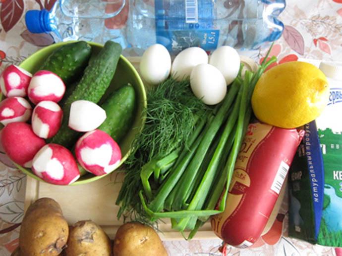 Можно сказать, что окрошка – это настоящий кладезь полезных витаминов и минералов. Входящие в ее состав кисломолочные продукты или квас обогащают окрошку полезными микроорганизмами, улучшающими пищеварение, а также эффективно уничтожают возбудителей множества болезней