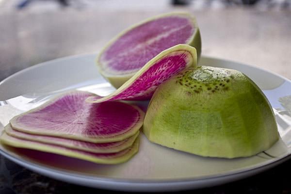 Очищенный от кожицы, такой продукт добавляют в различные салаты