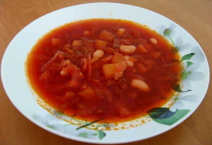 Перед тем, как приготовить вкусный борщ по этому рецепту, подготовьте фасоль, так как она будет вариться дольше всего