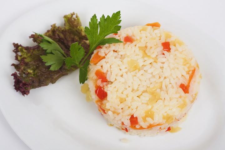 Рис используется как основное блюдо, как гарнир к грибам, мясу, овощам и на десерт