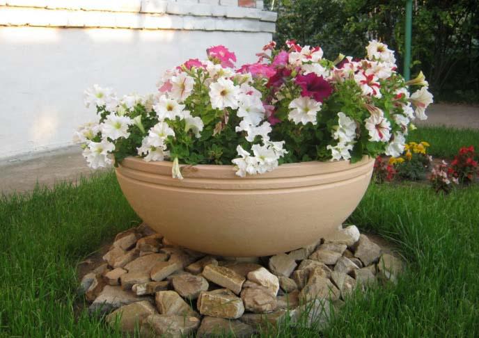 Красивые вазоны для цветов получаются из бетона
