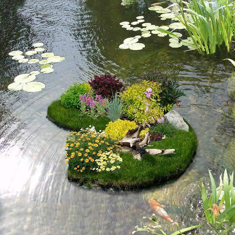 Фиксировать плавучий декор лучше на середине пруда, а не в месте, которое близко к берегу