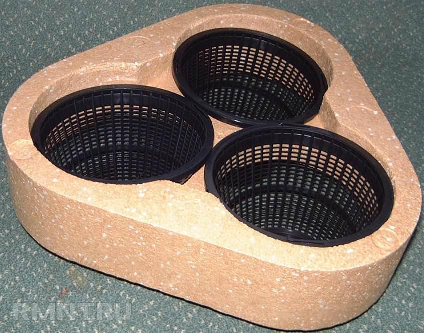 Подвижная клумба часто производится из пластмассовых мисочек или бутылок
