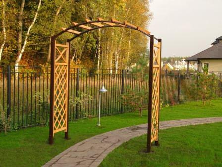 Деревянные арки разного назначения на дачном участке