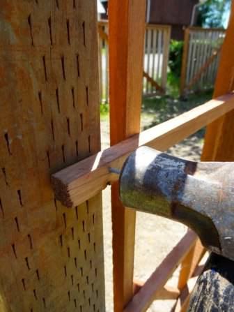 После разметки и установки основания деревянной арки, переходим к возведению каркаса