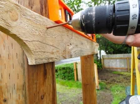 Перед кровлей и декором деревянной арки, проверьте ее устойчивость и надежность