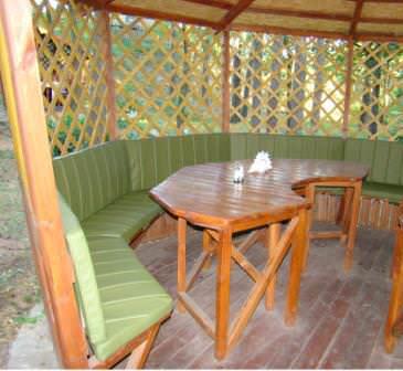 Вовремя обшейте мебель в беседке, обтяните декоративными материалами и утеплителем