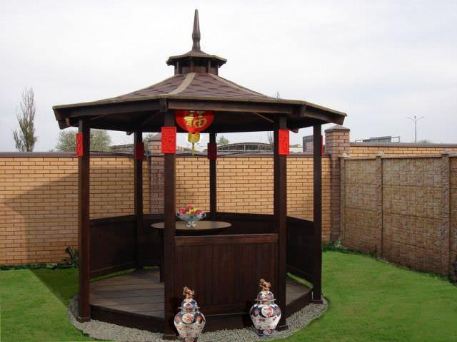 Японская беседка не терпит большого количества материалов и малых архитектурных форм: обивка тканями, ступени и разные столбики, в отличие от всего востока, здесь не уместны