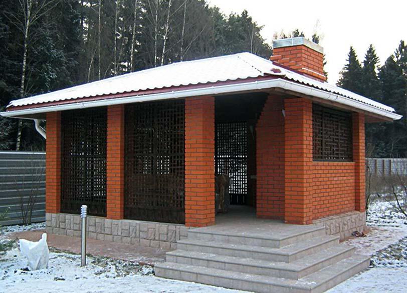 Беседка должна иметь надежную крышу, которая должна не давать возможности попадания снега или влаги вовнутрь