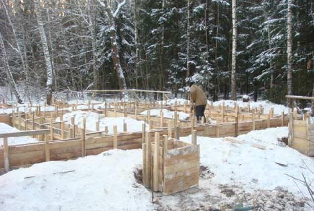 """Работают добавки просто – они не дают воде в растворе замерзнуть, а значит, общий заливаемый бетонный блок, стяжку или фундамент не """"порвет"""" морозом"""