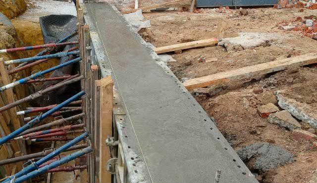 Если вы решили строить на даче зимой, в бетон и сухие смеси, из которых готовится раствор, обязательно необходимо добавлять специальные компоненты
