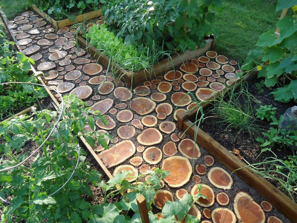 Из бревна можно сделать и замечательные садовые дорожки, долговечные и безопасные