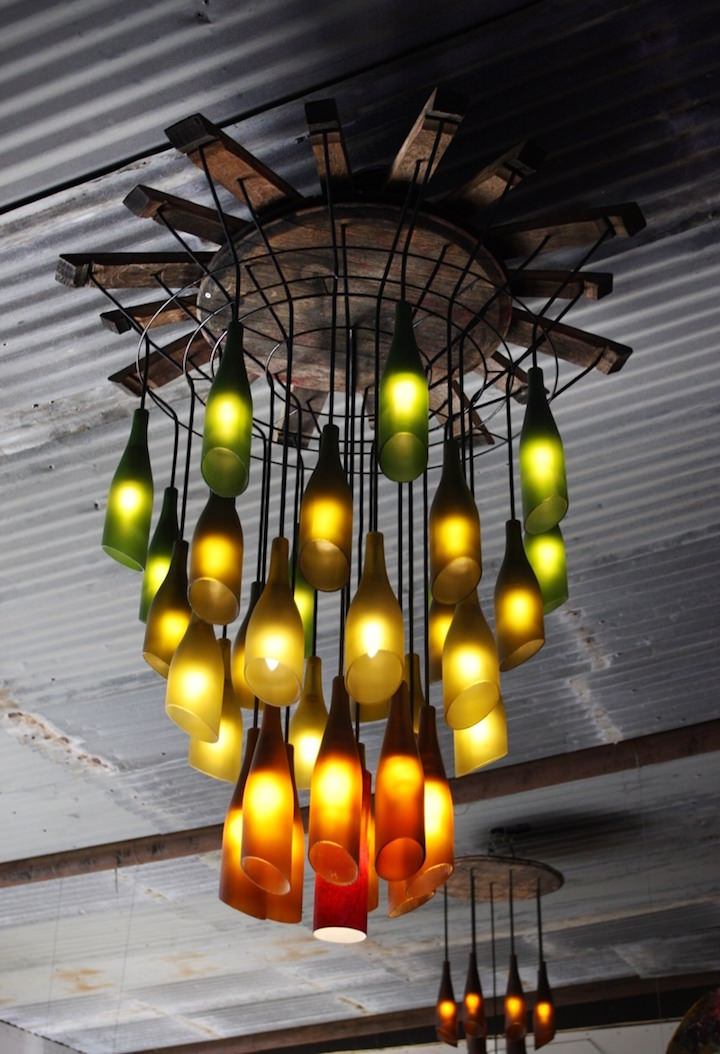 Декоративное освещение из стеклянных бутылок