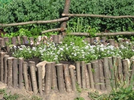 Использовать забор-частокол можно не только для ограждения земельного участка, но и для внутреннего оформления