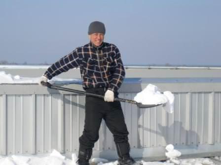 Всегда существуют практичные методы уборки снега и наледи с крыш, и выбирать лучший только вам