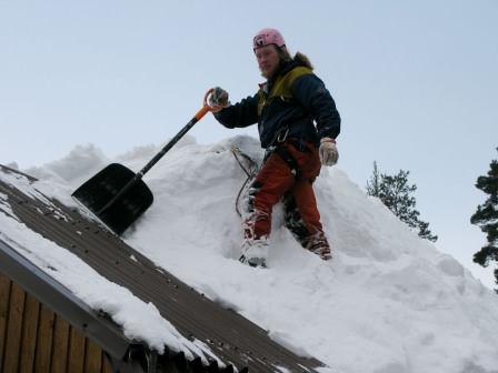Разогрев снега на крыше, очистка специальным инструментом, помощь промышленных альпинистов — выбор есть всегда