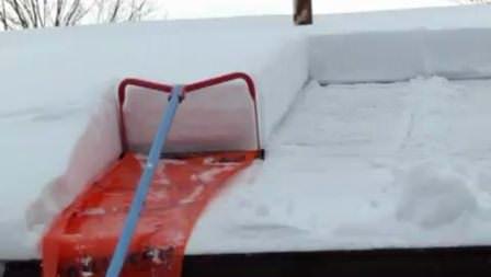 Специальный инструмент поможет быстро убрать снег с крыш дачных построек