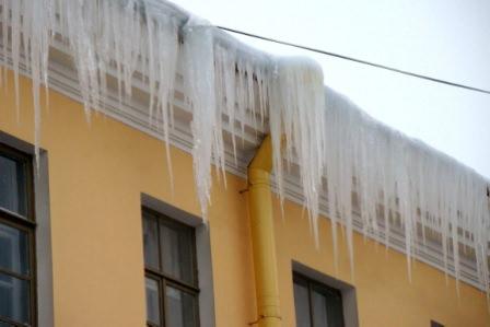 Как правильно почистить крышу дачного дома от наледи, снега, сосулек?