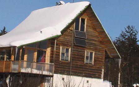 Снег на крыше дачного дома может быть опасен, и в некоторых случаях его лучше убрать