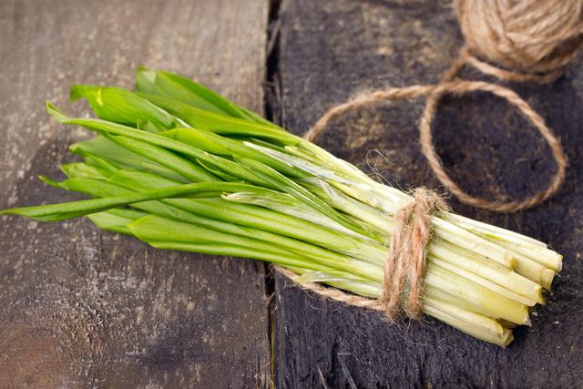 Черемша, как и любая другая зелень, отличается низкой калорийностью за счет того, что на 85% состоит из воды