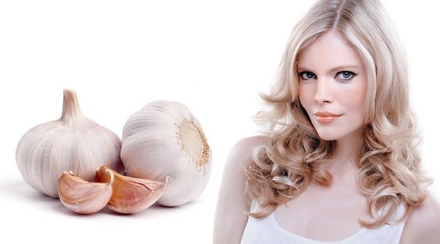 Настой чесночной шелухи применяют для улучшения качества волос, против выпадения втирают её в корни и оставляют на час