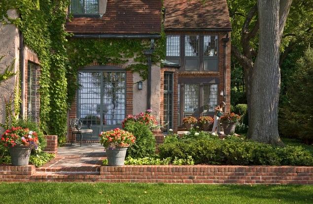 Оформить придомовую территорию можно как уже готовыми скульптурными композициями и стилизованными элементами, так и самостоятельно выполненными конструкциями