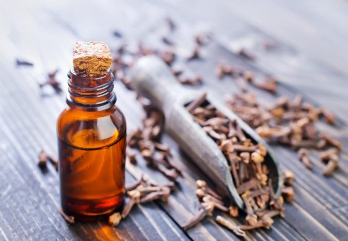 Аромат гвоздичного масла действует как легкое успокаивающее, способствует нормализации сердечного ритма и стабилизации давления