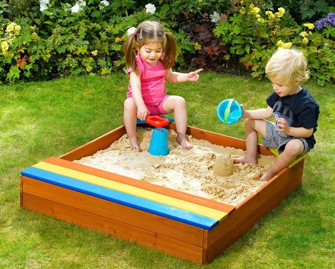 Дети практически в любом возрасте любят играть в песке, но чаще всего такой вариант используется при обустройстве игрового пространства для дошкольников