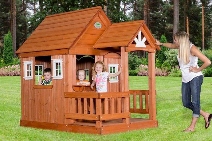 Каркасное основание детского игрового домика выполняется с применением деревянных брусков