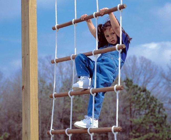 Самый популярный и удобный в изготовлении, а также эксплуатации вариант — веревочная лестница