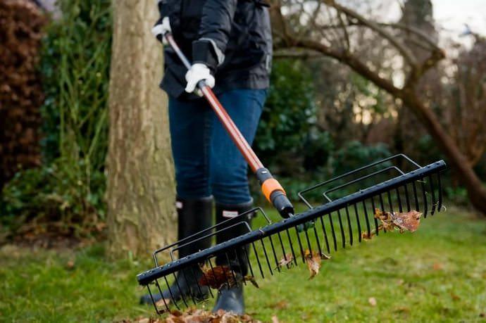 Грабли являются хорошо известным сельскохозяйственным инструментом, применяемым для посадки травы и ухода за газонами