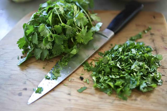 В летние салаты добавляют зелень кинзы для изменения вкуса привычного блюда