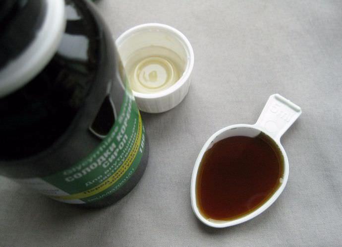 Сироп из солодки применяют при простудах, как отхаркивающее средство, а также для профилактики инфекционных заболеваний