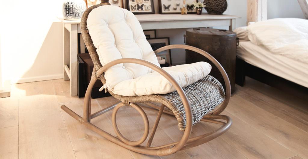 Наиболее распространена мебель от итальянских производителей, конструкция которой характеризуется наличием дуговых опор, установленных с двух сторон