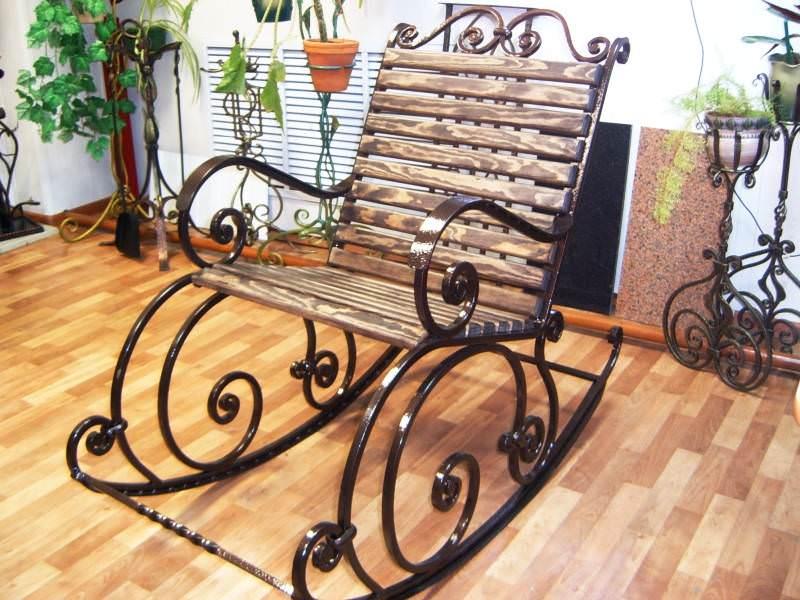 В домашних условиях достаточно часто для изготовления кресла-качалки используются профтрубы или другие виды металла