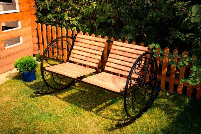 Очень интересным является вариант двухместного кресла-качалки