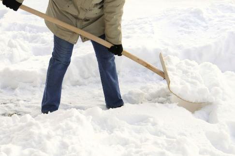 Снегоуборочная лопата из дерева – инструмент нужный и удобный
