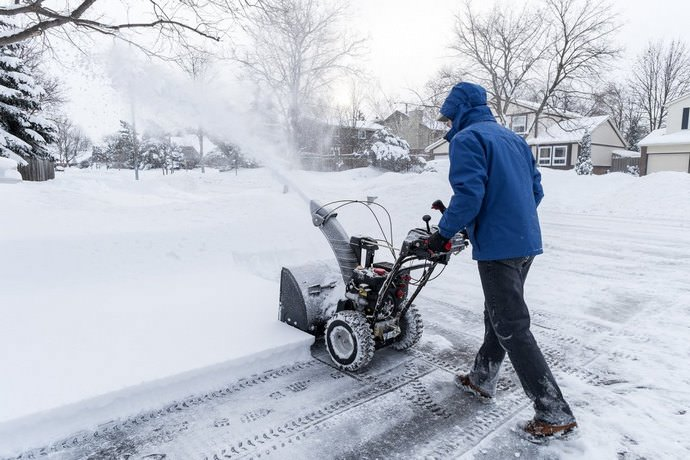В последние годы всё чаще применятся снеговые бензолопаты