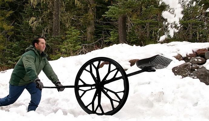 Чтобы ускорить и облегчить процесс уборки заснеженной территории, можно устанавливать лопату на небольшое колесо