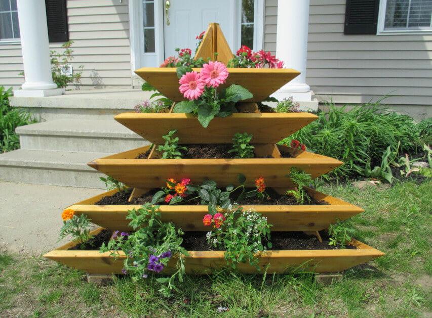 Для того чтобы вид клумба радовала на протяжении всего лета, необходимо подобрать цветущие растения по сроку цветения