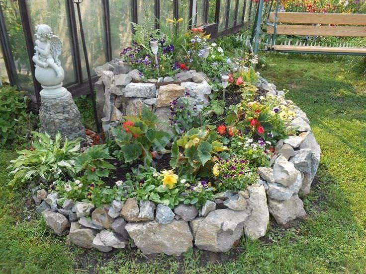 Преимущество клумбы из природного камня в ее долговечности и отсутствии серьезного ухода