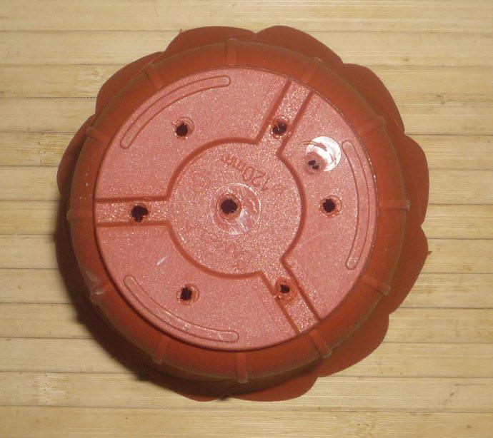 Цветочный горшок должен иметь дренажные отверстия необходимых для оттока лишней воды