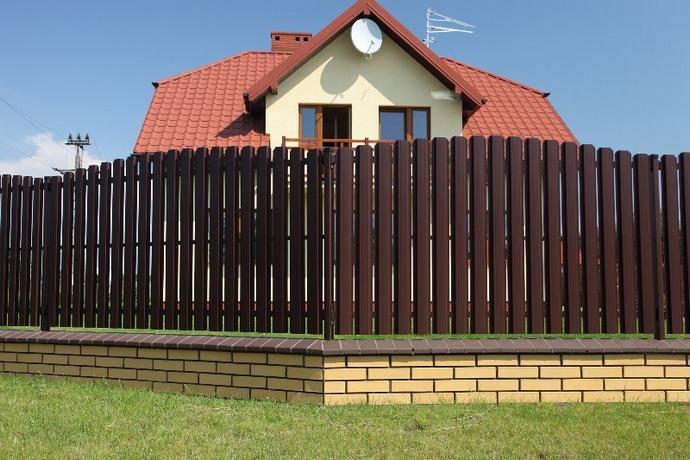 Металлический забор из штакетника пришел на смену деревянному классическому ограждению
