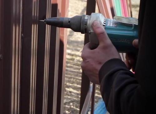 Самостоятельный монтаж ограждения на основе металлического штакетника осуществляется поэтапно