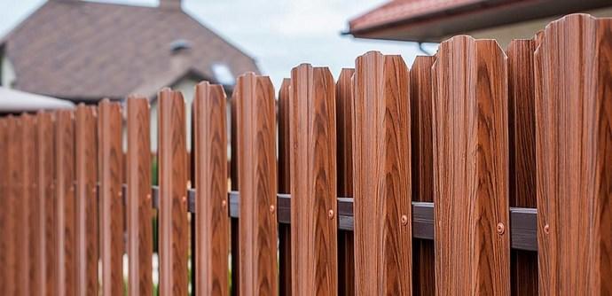 Для изготовления планок штакетника используется такой же материал, как и при производстве профнастила – оцинкованная сталь и различные типы покрытия
