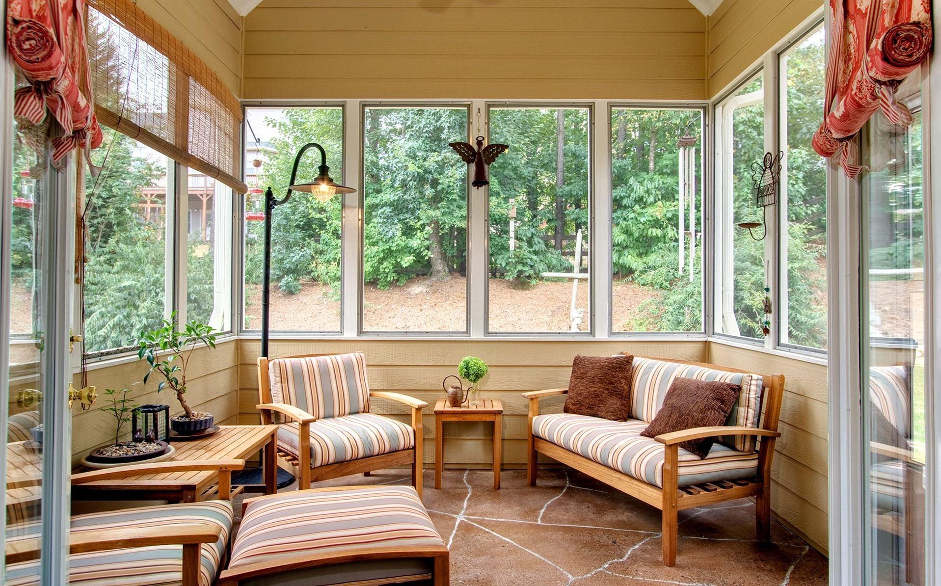 Пластиковые или ПВХ-окна – одни из наиболее популярных способов, позволяющих выбрать конструкцию определенной формы и цвета